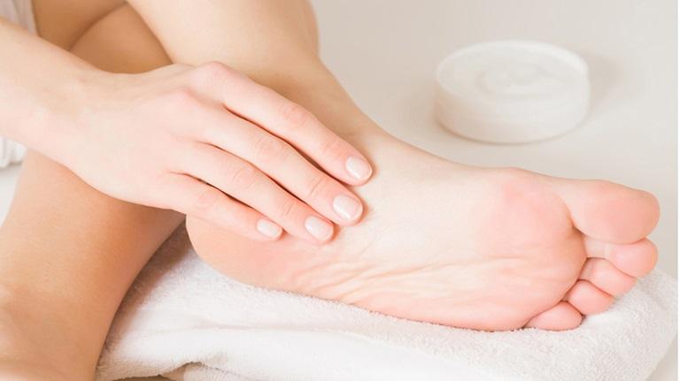 Bôi thuốc ngoài da cũng là một cách trị bệnh do nấm hiệu quả