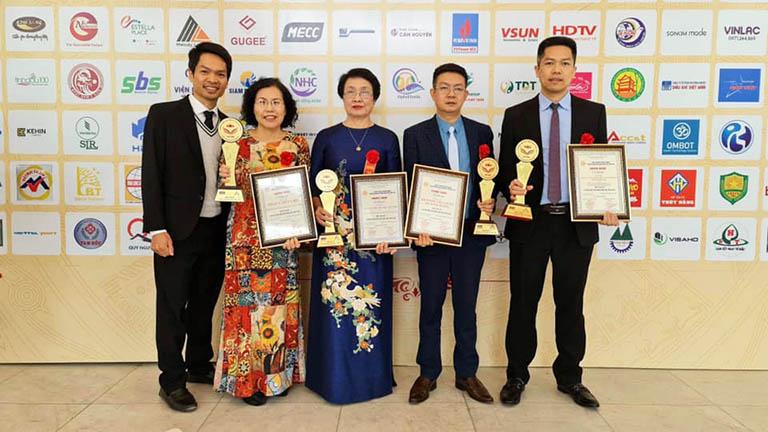 Thầy thuốc ưu tú Nguyễn Thị Nhuần (đứng chính giữa) đại diện cho Viện Da liễu Hà Nội - Sài Gòn nhận giải thưởng Top 20 thương hiệu nổi tiếng hàng đầu Việt Nam
