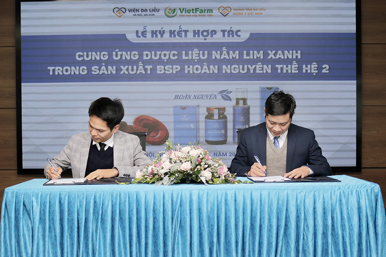 Ông Nguyễn Quang Tân và Nhâm Quang Đoài có mặt tại buổi ký kết