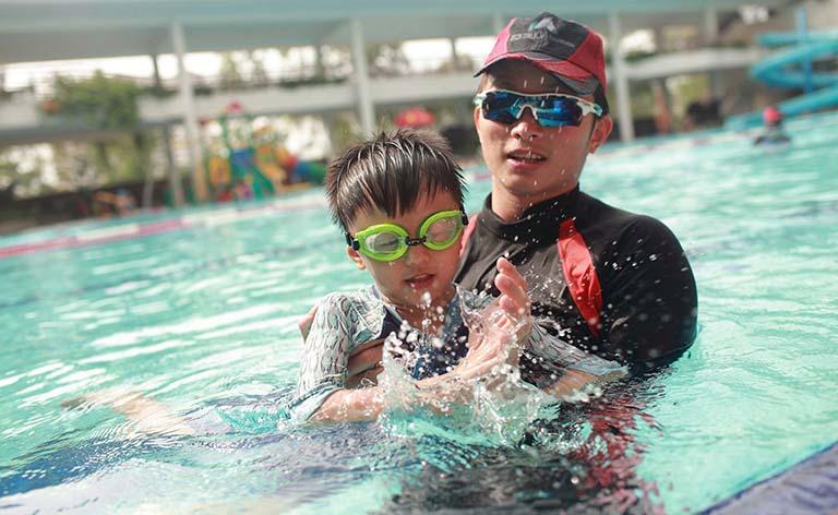 Huấn luyện viên thường xuyên phải tiếp xúc với nước, rất dễ phát sinh nhiều bệnh ngoài da