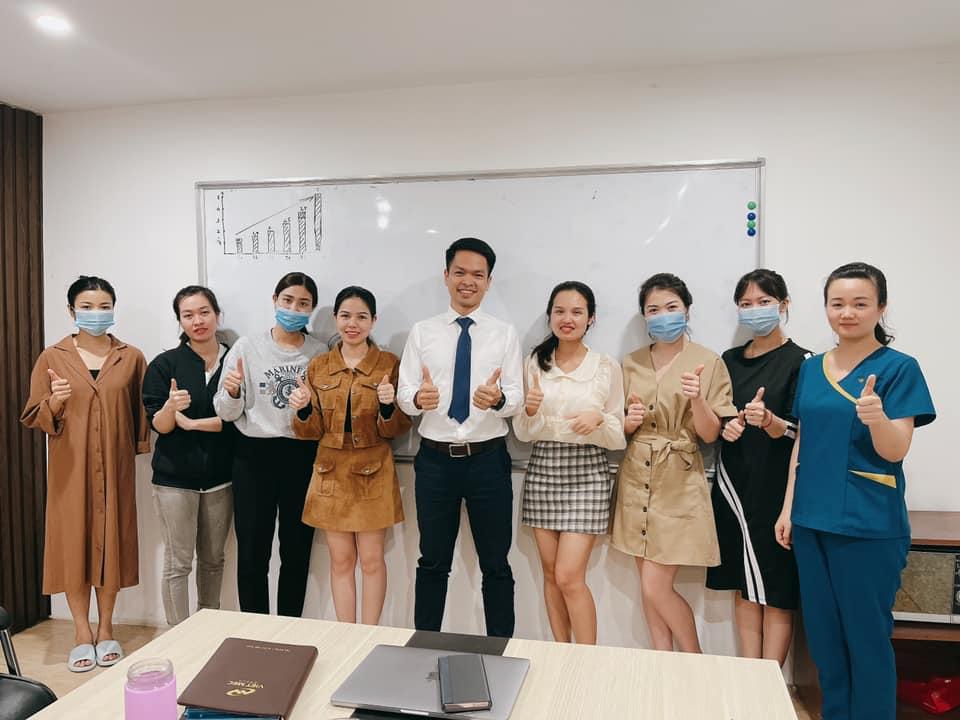 Cán bộ nhân viên Trung tâm Da liễu Đông y Việt Nam chụp hình lưu niệm tại buổi đào tạo
