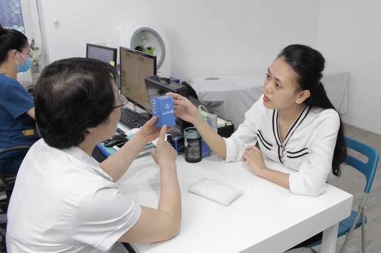 Bác sĩ Nhuần thăm khám và tư vấn cách sử dụng Hoàn Nguyên cho chị Trang