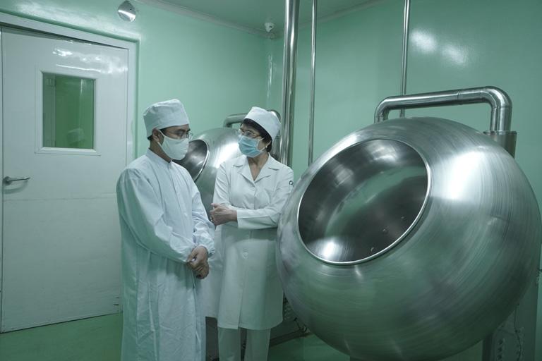 Quá trình thu hái và sơ chế dược liệu luôn được các bác sĩ, chuyên viên theo dõi cẩn thận, kỹ lưỡng