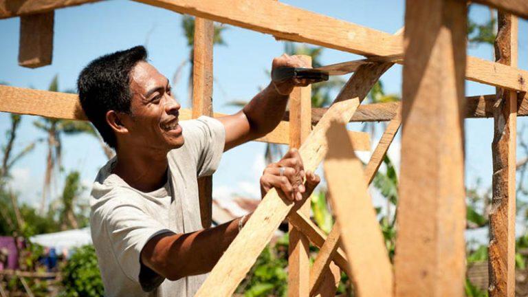 Đối với anh Linh và tất cả những người thợ mộc, đôi bàn tay được coi trọng như sinh mệnh