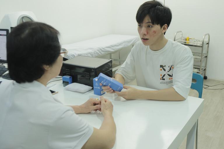 Bác sĩ Nhuần tư vấn cho Hiếu về cách dùng Hoàn Nguyên và chế độ sinh hoạt, dinh dưỡng khoa học