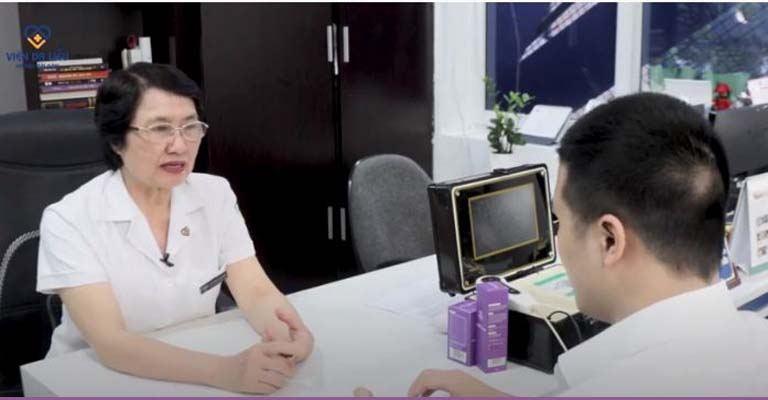 Bác sĩ Nhuần và nhân viên y tế luôn đồng hành của anh Bình trong suốt liệu trình
