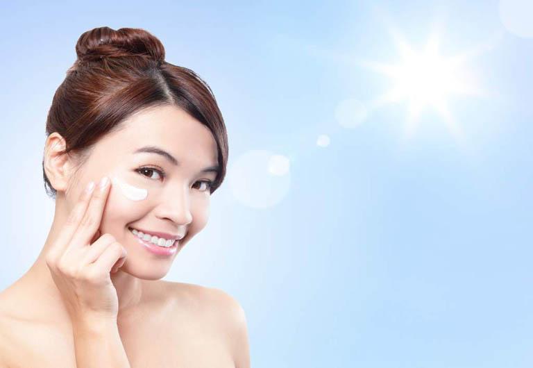 Bôi kem chống nắng để bảo vệ da khỏi tia cực tím