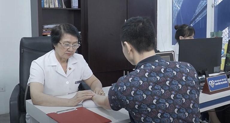 Bác sĩ Nhuần thăm khám cho anh Sơn